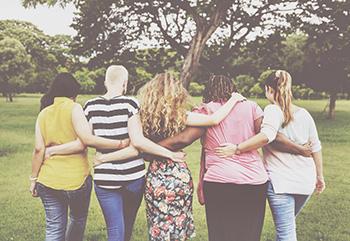 Frauen umarmen sich