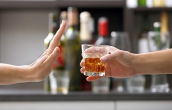 Hand lehnt Alkohol ab - Nein zu K.o.-Tropfen