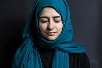 Muslimische Frau weint