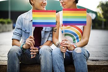 Lesbische Frauen mit Friedenszeichen gegen sexuelle Gewalt